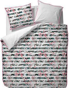 Zauberhafte Bettwäsche »Maci« aus dem Hause Esprit Home. Das Design dieser Wendebettwäsche bezaubert uns mit einem originellem Muster - die Streifen auf der Vorderseite setzen sich aus floralen Elementen zusammen, die Wendeseite ist komplett in Weiß gehalten. Die schmückende Paspel in Pink setzt einen perfekten Abschluss des Kissenbezuges und des Bettbezuges. Dank des praktischen Reißverschluss...
