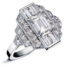 LUDMILLA : Bague en or blanc style art deco sertie d'un diamant taille émeraude au centre entouré de plus petits diamants en baguettes et d'un escalier de diamants ronds sertis #bague #orblanc #diamants #bijoux #luxe #valeriedanenberg #baguette