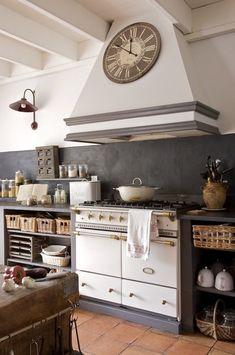 Un beau fourneau à double four trône dans la cuisine