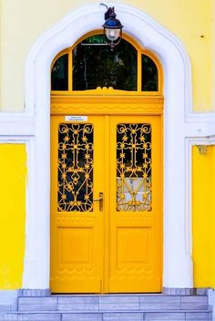 front door paint colors - Want a quick makeover? Paint your front door a different color. Here's some inspiration for you. Cool Doors, Unique Doors, Gate Design, Door Design, Entrance Doors, Doorway, Fachada Colonial, Door Images, Door Paint Colors