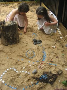 Loose parts in the sand