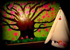 cuarto de juegos de mis hijos, pinte un arbol muy colorido !!