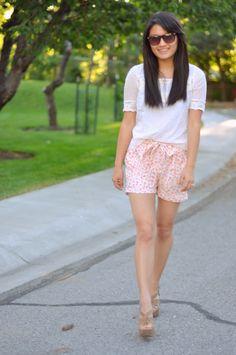 C & C: Floral pantalones cortos plisados con un arco