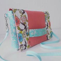 Pochette Cachôtin cousue pour l'anniversaire de ma copine Zaza ! Des chutes de Cloud 9, Liberty et lin. J'espère qu'elle va lui plaire. #couture #sewing #sacs #bags Patron gratuit - Free pattern www.sacotin.com