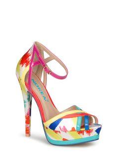 Es momento de dar un toque de color a tu outfit durante el verano y una gran opción es esta sandalia. Su diseño estampado y coloridas vistas de charol elevarán cualquier look.