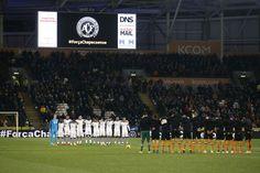Telão mostra escudo da Chapecoense durante minuto de silêncio antes de Hull City x Newcastle (Foto: Reuters / Andrew Yates )