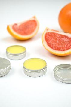 Besonders im Winter, mit zunehmender Kälte und Heizungsluft, ist die Lippenpflege wichtig. Für alle, die sich für das Thema Naturkosmetik interessieren, habe ich eine leichte Anleitung vorbereitet für einen pflegenden Lippenbalsam mit Grapefruit-Duft. Zeitaufwand: 15 Minuten zzgl. Abkühlen Material: 1 EL Kokosöl, 1 EL Mangobutter, 1/2 … mehr