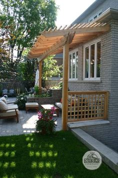 Would you like to have a beautiful pergola built in your backyard? You may have a lot of extra space available for something like this, but you'll need to focus on checking out different pergola plans before you have anything installed. Veranda Pergola, Pergola Patio, Backyard Patio, Backyard Landscaping, Landscaping Ideas, Pergola Shade, Front Porch Pergola, Porch Bench, Cheap Pergola