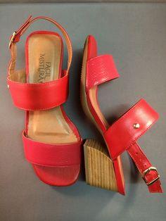 Sandália em couro vermelho com salto grosso.