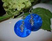Boucles d'oreilles fond de nacre bleu électrique et breloque clé de sol