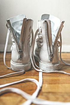 Kris Van Assche kann auch Schuh: Seitlich geschnürte, hohe Ledersneakers. Hier entdecken und kaufen: http://www.sturbock.me/