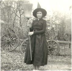 This week we have vintage old witch photos. I have been collecting vintage Halloween images for some time now, and thought I would share some great ones. Retro Halloween, Halloween Fotos, Vintage Halloween Photos, Halloween Images, Happy Halloween, Whimsical Halloween, Halloween Projects, Halloween 2017, Halloween Stuff