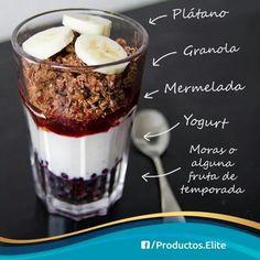 DESAYUNO SALUDABLE .Rodajas de bananas , granola , mermelada , yogurt y alguna fruta de estaciobn . A empezar el dia con energia . . .