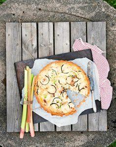 Kokeile raparperia myös suolaiseen leivontaan! Raparperin raikkaankirpeä maku toimii mainiosti pekonin kanssa.