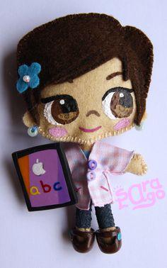 Sara Lago Complementos - La profesora Mª Luisa, con su inseparable iPad _ Broche relaizado con fieltro y fimo.