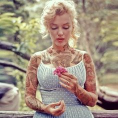 What Marilyn Monroe And Other Celebrities Would Look Like If They Were Covered In Tattoos. I normally hate pics of her covered in tattoos, but it was kinda funny to see other celebs covered in tatts! Especially the former First Lady Jackie Kennedy. Marilyn Monroe Tattoo, Arte Marilyn Monroe, Marilyn Manson, Audrey Hepburn, Jackie Kennedy, Hollywood Icons, Classic Hollywood, Fake Celebrities, Celebs