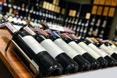 Cabernet A palavra Cabernet denomina inúmeros tipos de uva, começando pelas clássicas Cabernet Sauvignon e Cabernet Franc, e seguindo pelas novas culturas como Blanc, Cubin, Cortis, e muitas outras. A mais conhecida, a Cabernet Sauvignon, é tida como uva nobre, sendo o resultado do cruzamento entre Cabernet Franc e Sauvignon Franc. Assim como as demais uvas Cabernet, a Cabernet Sauvignon também vem de Bordeaux, uma região de prestígio entre as produtoras de vinho francesas e mundiais.