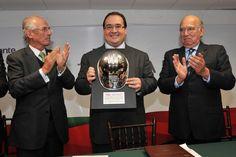 El gobernador Javier Duarte de Ochoa recibió un reconocimiento de la Cámara Mexicana de la Industria de la Construcción (CMIC), en la cual, dijo, Veracruz tiene aliados eficaces para avanzar en su transformación.