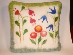 Blühendes Kissen mit Glockenblumen von Filzwerkstatt beautiwool auf DaWanda.com