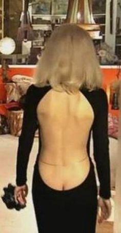 """L'actrice dévoile son dos jusqu'à la naissance de ses fesses dans """"Le Grand blond avec une chaussure noire"""""""