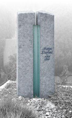 Grabmal aus Spanischem Granit, Oberflächen geflammt und gebürstet, 'Lichtsymbol' aus geschichtetem Glas Entwurf und Fertigung durch Steinbildhauermeister Benedikt L. Kreusch