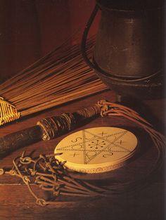 Le balai, le fouet, le pentacle et le chaudron. Photo par Michael Wicks