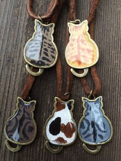 まる〜い背中のレジン猫ちゃんネックレスです。ご購入時に猫の番号ごお忘れなくお書き下さい。70cmのスエードコードに長さ調節のウッドビーズ付きです。猫本体の大き...|ハンドメイド、手作り、手仕事品の通販・販売・購入ならCreema。