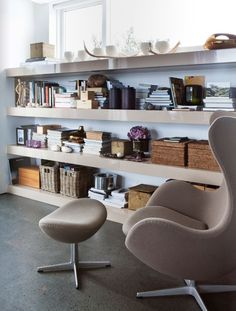 nice way of doing brown'in'brown: A.J. Egg and (could be Ikea!) glossy-brown shelves with dark-matte-brown floor