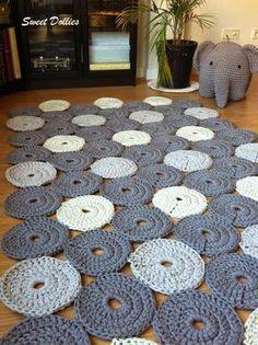 Las alfombras son un elemento decorativo que da personalidad a un espacio. Crochet Motifs, Crochet Patterns, Crochet Home, Knit Crochet, Diy Jewlry, Rope Rug, Circle Rug, Rugs And Mats, Fabric Rug