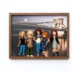 Friends - Needle felted birthday gift, with personalized dolls Felt Crafts, Family Portraits, Needle Felting, Birthday Gifts, Sculptures, Merry, Dolls, Animal, Friends