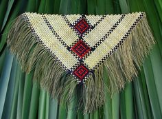 Aroha Mitchell and Donna Campbell - Kirikiriroa harakeke weaving Flax Weaving, Weaving Art, Weaving Patterns, Basket Weaving, Maori Designs, Maori Art, Bone Carving, Woven Wall Hanging, Native Style