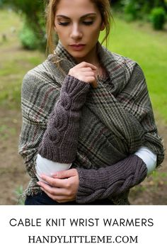 Outlander inspired Claire Fraser's arm warmers or wrist warmers. Get the free knitting pattern and start making yours! #Outlander #Outlanderknits #Outlanderpatterns #Outlanderseries Make your own pair with this free printable knitting pattern. Outlander Knitting Patterns, Poncho Knitting Patterns, Free Knitting, Knitting Tutorials, Hat Patterns, Knitting Ideas, Knitting Projects, Stitch Patterns, Berlin
