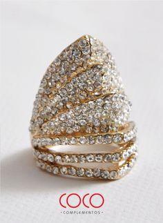 Maxi anillo de brillantes y dorado. Hermosa forma de corona.