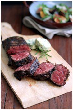 Black Angus Steak Stripes mit Pommes Frites & Rucola-Feigen-Salat