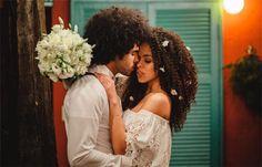 Penteados para noivas de cabelos cacheados - cabelo solto com flores salpicadas