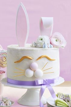 Grab some Easter candy and baking supplies, and get ready to be inspired! These cute and easy Easter cakes are perfect for Easter parties and celebrations. Easter Cake Images, Easter Cake Easy, Easy Easter Desserts, Easter Bunny Cake, Easter Treats, Easter Recipes, Easter Food, Lemon Pudding Cake, Desserts Ostern