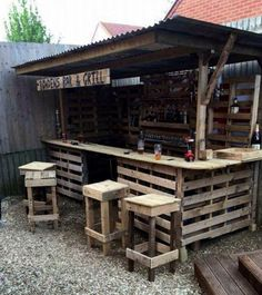 Garden bar from reclaimed pallets and wrinkly tin