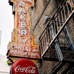 les vieilles affiches sur les murs de briques, Coca-Cola tout un symbole. On ne s'en lasse pas.