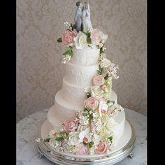 Cores pastéis e delicadas formam essa cascata de flores incríveis sobre o bolo rendado! Mais uma casamento lindo com decor  @boutiquedecena e assessoria @danielamacekassessoria #casamentomarianaeluis