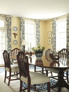Yellow Dining Room Curtains Elegant butter Yellow Walls with Blue and White Decor My Fav Color Dining Room Curtains, Dining Room Windows, Toile Curtains, Toile Bedding, Floral Curtains, Yellow Dining Room, Yellow Rooms, French Country Dining Room, Estilo Interior