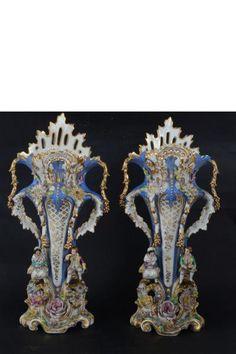 Par de ânforas de porcelana francesa Vieux Paris do séc. XIX. Decorado com casal de figuras e flore