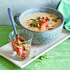 Herrliche Wintersuppe mit gerösteten Maronen, Staudensellerie und Lauch, kräftig im Geschmack, gute Idee die Suppe mit den Majoran-Nüssen und den Apfelspalten anzurichten! Schmeckt der ganzen Famil…