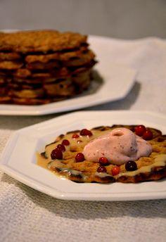 Terveelliset piparivohvelit, puolukkapehmis ja maapähkinäkinuskikastike – Puhtaasti hyvää Waffles, Pancakes, Healthy Treats, Gluten Free, Sweets, Sugar, Breakfast, Food, Desserts