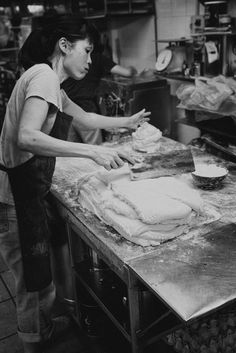 You will find no boring in chinatown, especially for hunting. There are too many activities and good moment you can shot, for example for this one, early in the morning still, they preparing to cook some pau and here the women prepare the fla.