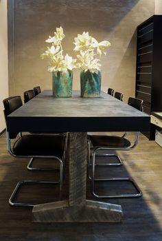 eettafel. Met houten onderstel. Er is ruimte voor zes stoelen ...