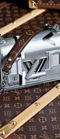 Fashion - Marvelous metallic Image via . - Marvelous metallic Image via Louis Vuitton Jewelry, Louis Vuitton Accessories, Fashion Bags, Fashion Accessories, Unique Purses, Trendy Purses, Clutch Wallet, Instagram Fashion, Purses And Bags