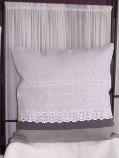 HOUSSE DE COUSSIN - Broderie anglaise - Tons de gris et de blanc : Textiles et tapis par le-temps-de-la-couture