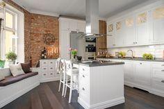 najpiękniejsza kuchnia skandynawska ze ścianami z czerwonej cegły i prostych desek