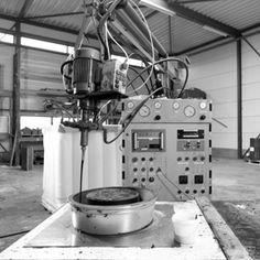 Gieten | In de polyurethaangieterij van Ridderflex & Plastics gieten we verschillende polyurethaansystemen onder vacuüm tot massieve producten. Dit doen we zowel machinaal als handmatig in iedere gewenste vorm.