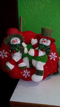 Blog voltado à artesanato em geral. Christmas Stockings, Christmas Ornaments, Wool Applique, Your Favorite, Snowman, Santa, Diy, Easter, Pillows